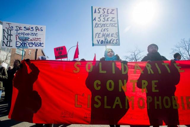 Des membres de la communauté musulmane protestent contre... (La Presse Canadienne)