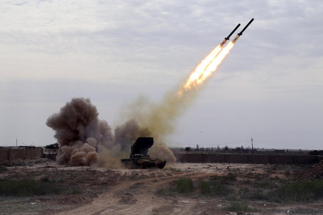 Des forces iraquiennes bombardent une position du groupe... (PHOTO Khalid Mohammed, ASSOCIATED PRESS)