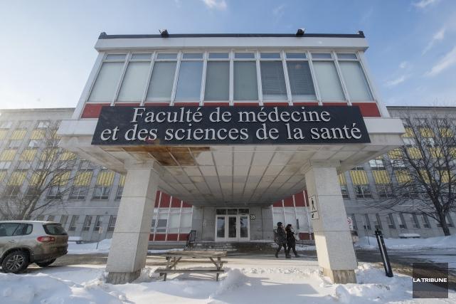 Des étudiants de la faculté de médecine de l'Université de Sherbrooke se... (Archives, La Tribune)