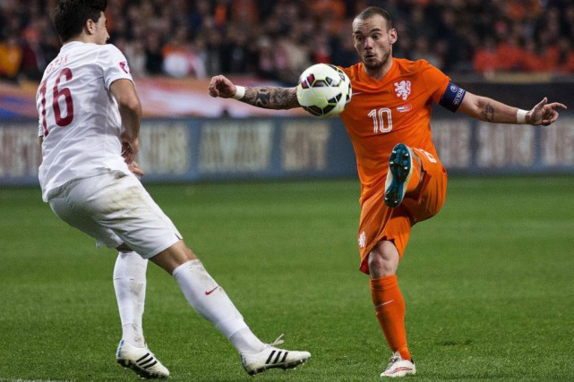 À 30 ans, le vétéran Wesley Sneijder (10)... (PHOTO MICHAEL KOOREN, REUTERS)