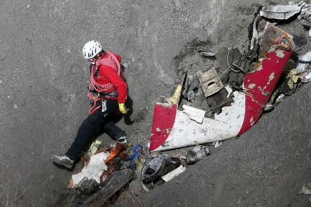 Depuis la catastrophe mardi, les enquêteurs s'efforcent de... (PHOTO GONZALO FUENTES, REUTERS)