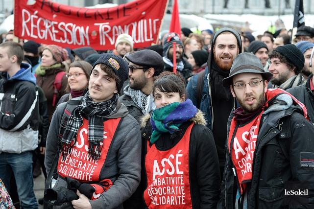 Des membres de l'ASSÉ ont manifesté contre l'austérité... (Photothèque Le Soleil, Erick Labbé)