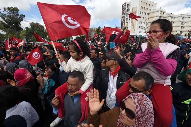 Des milliers de Tunisiens sont descendus dans la... (PHOTO FETHI BELAID, AGENCE FRANCE PRESSE)