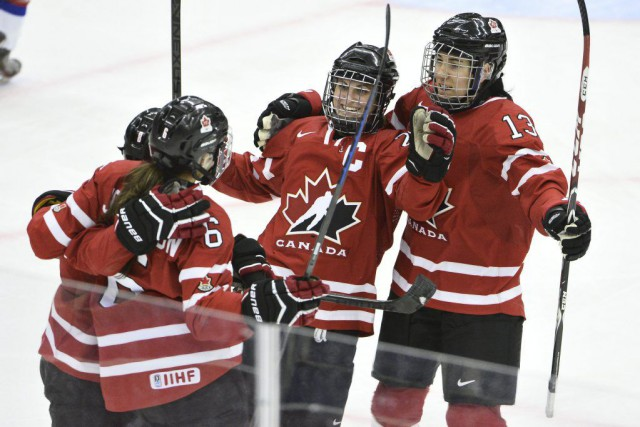 Marie-Philip Poulin (au centre) et Caroline Ouellette (13) ont... (PHOTO CLAUDIO BRESCIANI, AFP)