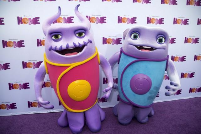 Deux personnages du film Home posent lors d'une... (PHOTO MARIO ANZUONI, REUTERS)