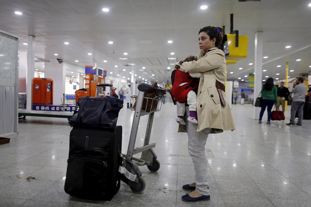 Une femme attend son vol pour quitter le... (PHOTO Khaled Abdullah, REUTERS)