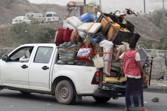 Des gens s'enfuient de Sanaa avec les possessions.... (PHOTO REUTERS)