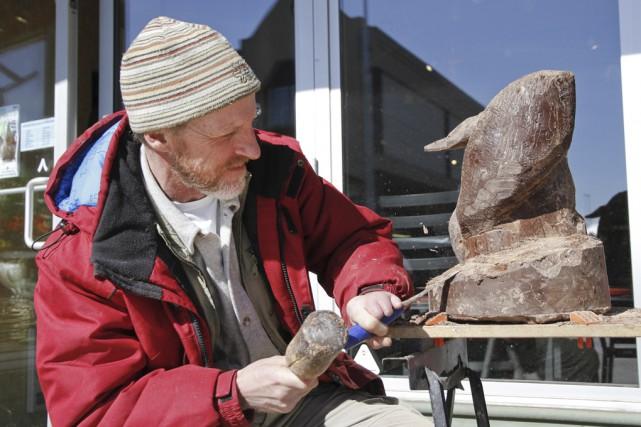 Yvan Brûlé à l'oeuvre pour terminer sa sculpture... (Photo Julie Catudal)