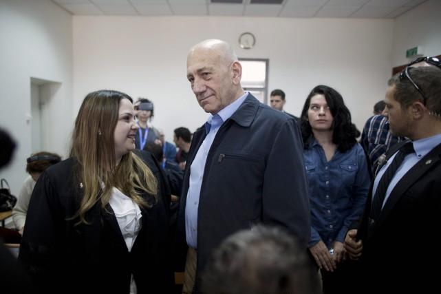 Ehud Olmert, 69 ans, est déjà sous le... (PHOTO ABIR SULTAN, AP)