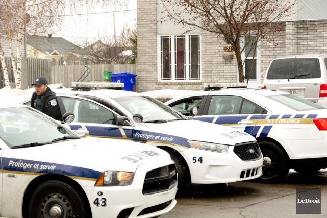 L'opération policière autour d'une résidence de la rue Pincourt, où s'était... (Martin Roy, LeDroit)