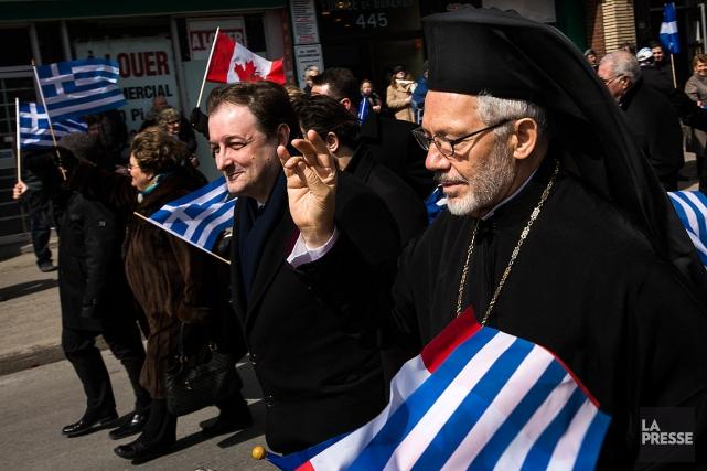 Les Montréalais d'origine grecque vêtue de costumes traditionnels... (PHOTO OLIVIER PONTBRIAND, LA PRESSE)