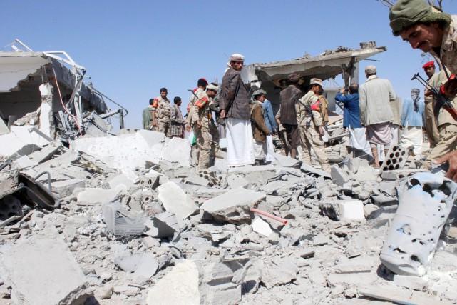 Des soldats et des combattants houtis mesurent l'ampleur... (PHOTO NAIYF RAHMA, REUTERS)