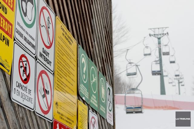 Les descentes de ski faites dimanche par un soleil radieux au mont Bellevue ont... (Archives La Tribune, Frédéric Côté)