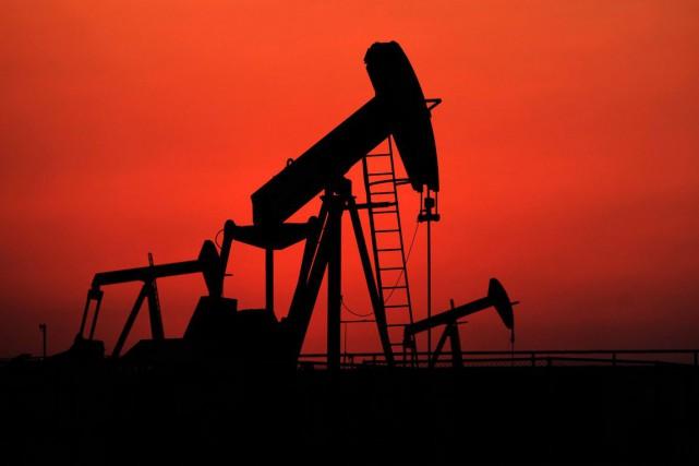 Les cours du pétrole ont fini en hausse légère lundi à New York, les... (PHOTO HASAN JAMALI, ARCHIVES AP)