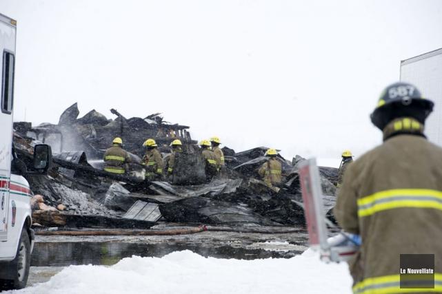 Deux bâtiments ont été détruits par les flammes, dans la nuit de dimanche à... (Photo: Stéphane Lessard, Le Nouvelliste)