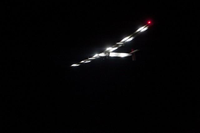 Solar Impulse 2, qui vole à la seule énergie solaire, a atterri mardi à l'aube... (Photo AFP)