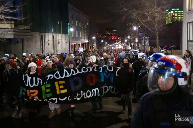 Un peu après 20h, les manifestants, qui s'opposent... (Photo Olivier Pontbriand, La Presse)