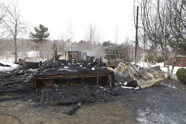 Un incendie d'origine inconnue a complètement détruit une... (Photo Janick Marois)