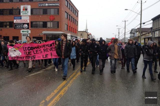 Le rassemblement «Touche pas à mon utérus» s'est transformé en manifestation... (La Tribune, Camille Dauphinais-Pelletier)