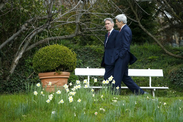 John Kerry et son homologue britannique Philip Hammond... (Photo: Reuters)