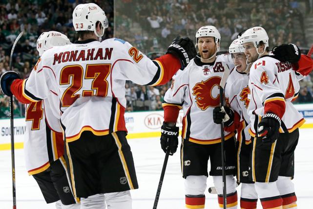 Les joueurs des Flames célèbrent après le but... (Photo Tony Gutierrez, PC)