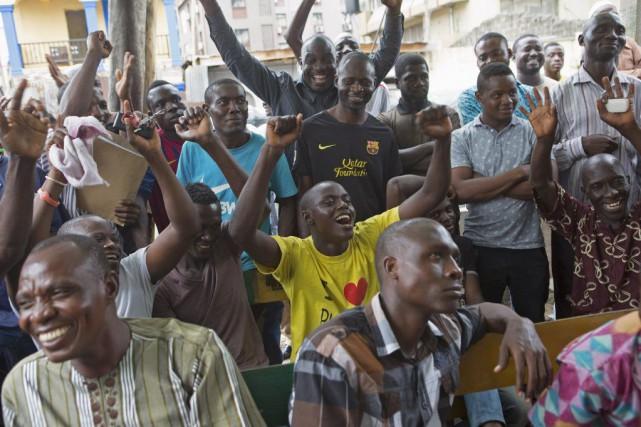 Des partisans du candidat Muhammadu Buhari se réjouissent... (PHOTO JOE PENNEY, REUTERS)