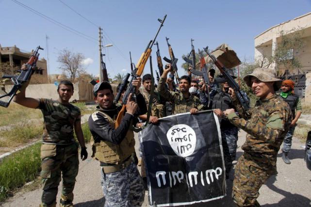 Des membres des forces irakiennes et desmiliciens chiites... (Photo Alaa Al-Marjani, STRINGER REUTERS)