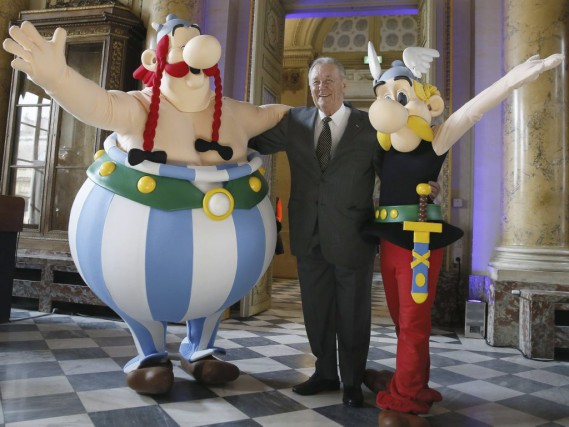 Albert Uderzo en compagnie de ses personnages Obélix... (PHOTO ARCHIVES AFP)