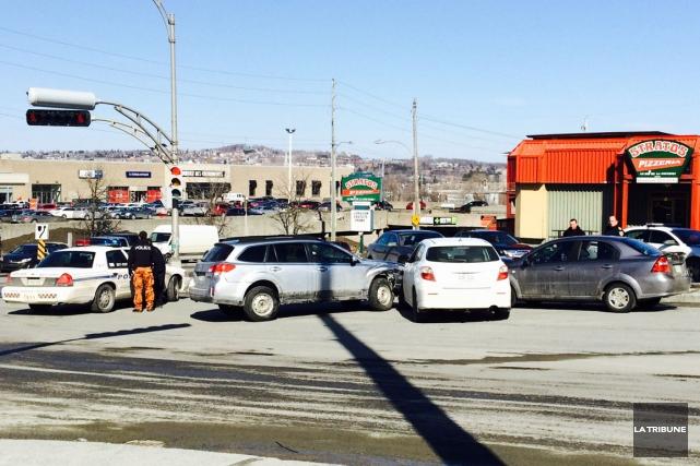 Trois voitures, dont une du Service de police de Sherbrooke (SPS), sont entrées... (La Tribune, Claude Plante)