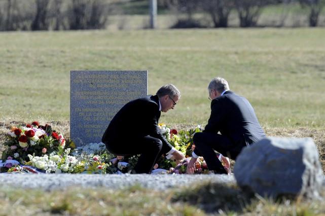 Le PDG de la LufthansaCarsten Spohr (à gauche)... (PHOTO JEAN-PIERRE CLATOT, AFP)