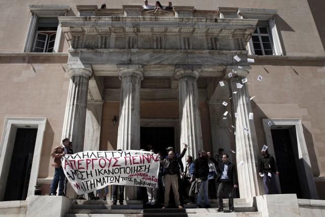 Les policiers ont rapidement arrêté les manifestants qui... (PHOTO KOSTIS NTANTAMIS, AFP)