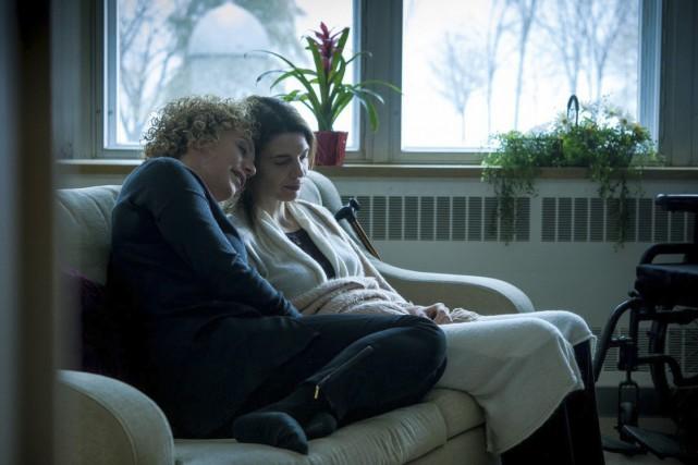 Un moment de tendresse entre les deux amies... (Photo: Fabrice Gaétan, fournie par Radio-Canada)