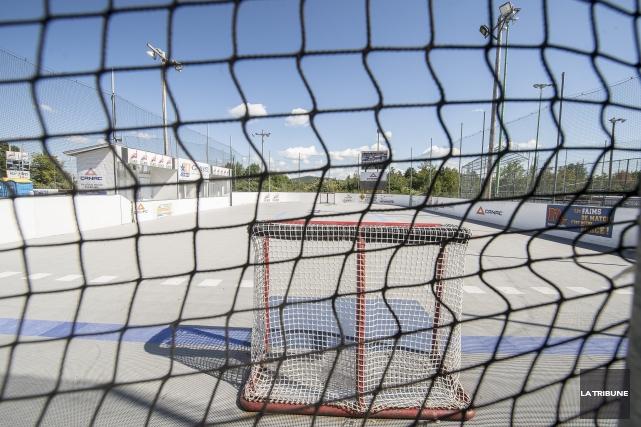 La saison d'été de dek hockey arrive à grands pas au Complexe Hockey balle de... (Archives La Tribune, Jocelyn Riendeau)