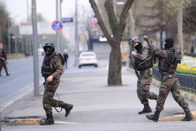 Des membres des forces spéciales turques patrouillent aux... (PHOTO OZAN KOSE, AFP)