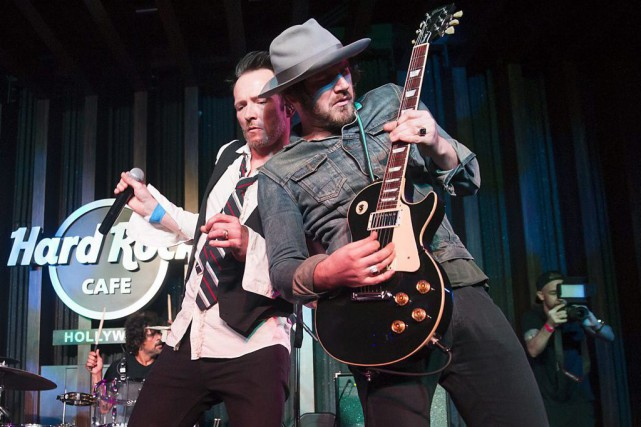 Scott Weiland en spectacle avec le guitariste Jeremy... (Photo: archives AP)