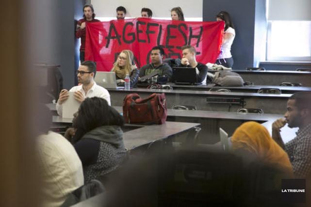 Des étudiants ont tenu une banderole de l'AGEFLESH... (Imacom, René Marquis)