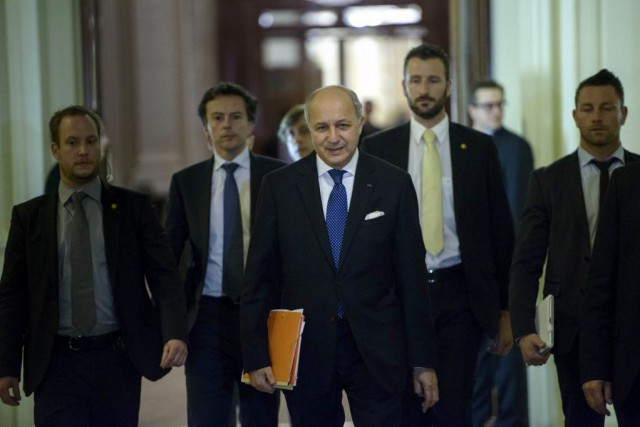 Laurent Fabius (au centre) lors d'une pause pendant... (Photo Reuters)