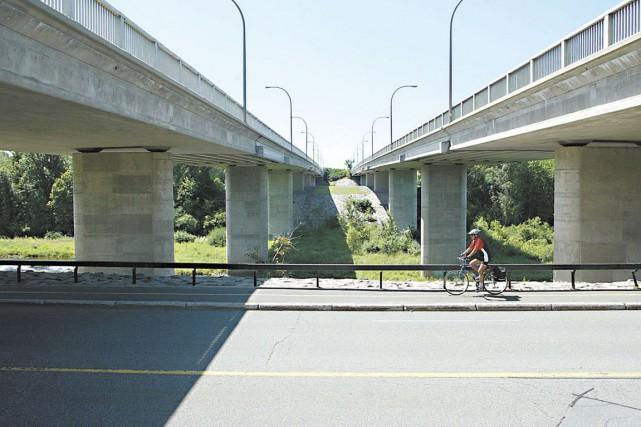 Un cycliste repose dans un état critique après être tombé du pont Heron, sur le... (Archives LeDroit)