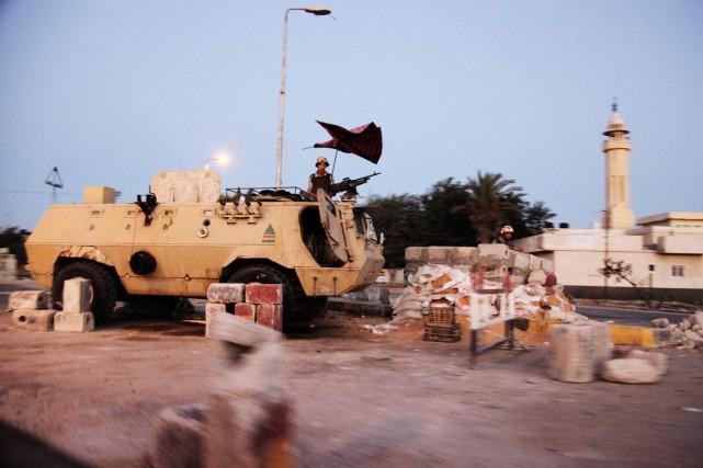 Des soldtas égyptiens montenta la garde à un... (PHOTO MOSTAFA ABULEZZ, ARCHIVES AFP)