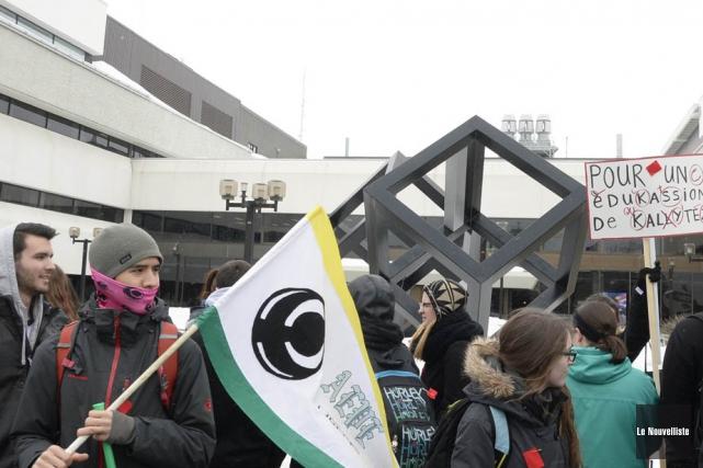 Les étudiants de l'UQTR au moment du départ,... (Photo: Sylvain Mayer, Le Nouvelliste)