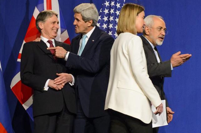 De gauche à droite: le ministre des affaires... (PHOTO JEAN-CHRISTOPHE BOTT, AP/KEYSTONE)