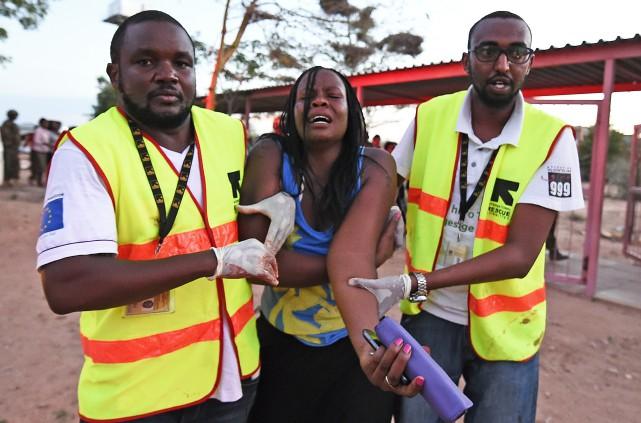 Des ambulanciers évacuent une femme blessée lors de... (PHOTO CARL DE SOUZA, AFP)