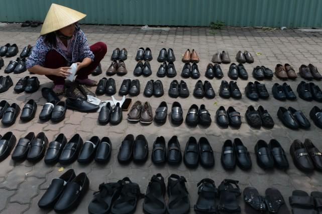 On peut acheter des souliers à Hanoi ou...... (PHOTO HOANG DINH Nam, ARCHIVES AFP)