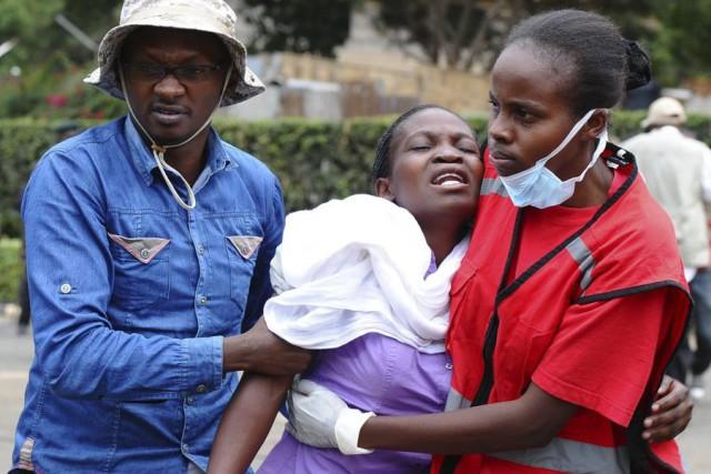 Des proches d'étudiants de l'université kényane de Garissa où les shebab ont... (PHOTO ASSOCIATED PRESS)