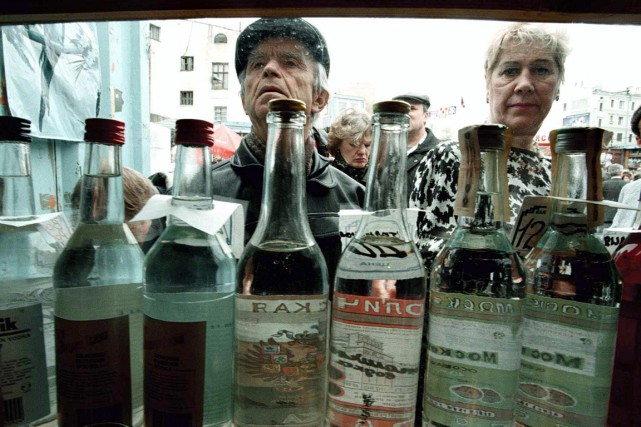 La vodka a vu son prix fortement augmenter... (PHOTO ALEXANDER NEMENOV, ARCHIVES AFP)