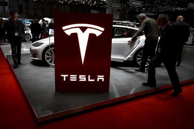 Le constructeur américain de voitures électriques de luxe Tesla a creusé sa... (FABRICE COFFRINI, ARCHIVES AFP)