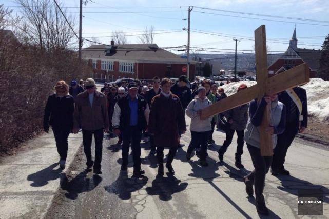 Mélanie, David et leurs deux enfants ont participé vendredi à la Marche du... (La Tribune, Camille Dauphinais-Pelletier)