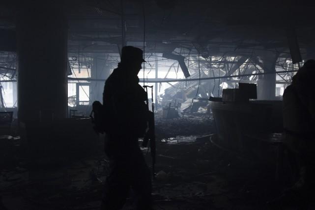 Un soldat prorusse patrouille dans un bâtiment de... (PHOTO MSTYSLAV CHERNOV, AP)