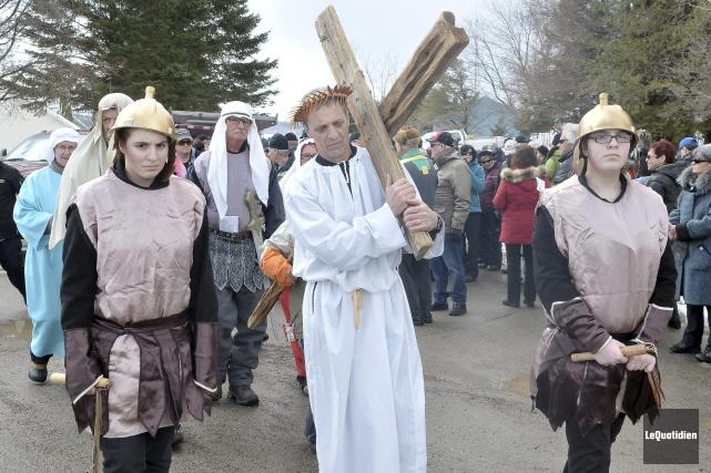 Michel Néron, qui personnifait Jésus, était entouré des... ((Photo Le Quotidien-Rocket Lavoie))