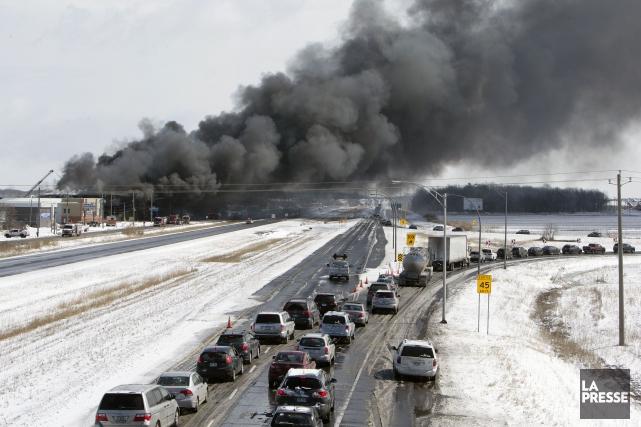 Un imposant panache de fumée noire venant de... (PHOTO ROBERT SKINNER, LA PRESSE)